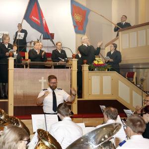 Orkestern Templets hornmusikkår spelar.