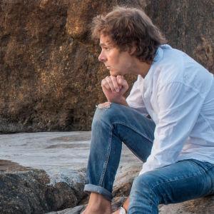 Peter Svanström på en klippa vid havet.