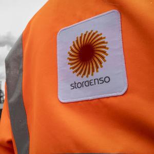 Oulun Stora Enson tehdas, edustalla työntekijä selin