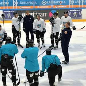 Lahden Pelicansin jääkiekkojoukkue harjoituksissa