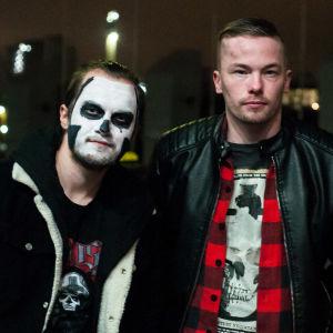 Tre manliga Ghost-fans. Två är sminkade som Ghost. Helsingfors 28.11.2019.