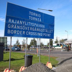 Gränsbevakningens bil på finsk-svenska gränsen i Torneå.