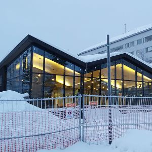 Jyväskylän Kirkkopuiston laajennettu kioskirakennus kuvattuna helmikuussa.