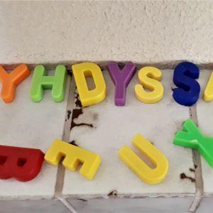 """Leksaksbokstäver där det står """"yhdyssana"""", alltså sammansatt ord på svenska."""