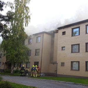 Vanhan Vaasan Kuningattarenpolulla palamaan syttyneen talon katolta nousee voimakas savu. Tulipalo syttyi 3.lokakuuta 2019 kello 14 jälkeen iltapäivällä.