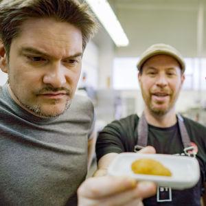 Henri Alén ja Lauri Reuter tutkivat keinotekoisesti tuotettua kananlihaa.