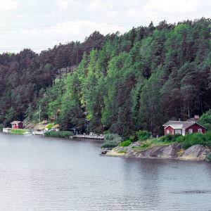 Kesämökkejä  salmen rannalla Turun saaristossa