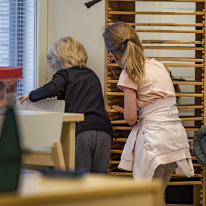 Barn lekar i ett daghem.