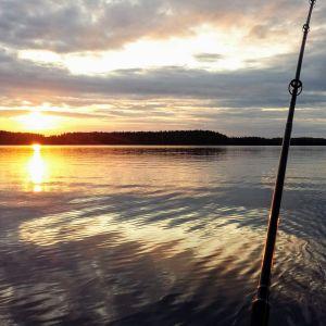 Kaunis auringonlasku järvellä.