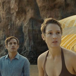 Paret Capa blickar med skräck ut över stranden.