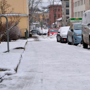 en isig trottoar.