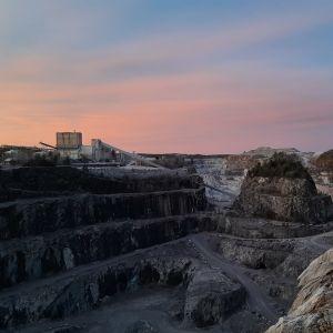 Pargas kalkgruva, en tidig morgon då himlen lyser orange.