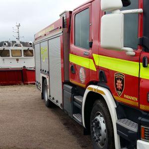 En brandbåt och en brandbil.
