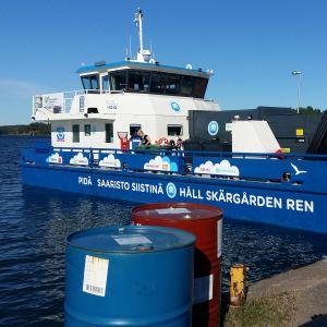 Håll Skärgården Rens nya avfallsinsamlingsfartyg Roope i hamnen i Pärnäs.