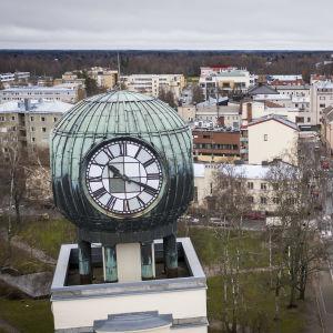 Strenbergin tupakkatehtaan kellotorni ja Pietarsaaren kaupunkia.