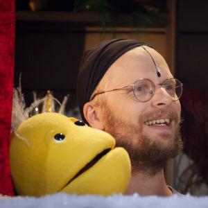 Karaktären Vimmel ur serien Jul i Hittehatt och skådespelaren Oskar Pöysti i tv-studion