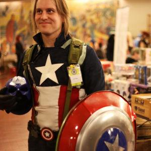 Man utklädd till Captain America på Popcult Helsinki 2015.