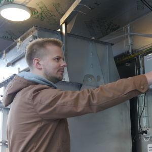 Pyry Kupias Flowrox Oy käynnistää laitteistoa.