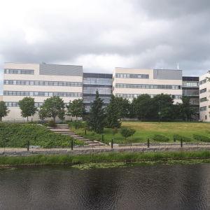 Seinäjoen ammattikorkeakoulu toimii kampusrannan molemmin puolin.