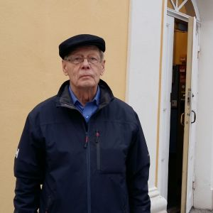 Fredsbevarare, major Stig Röberg vid halvöppen dörr i Åbo