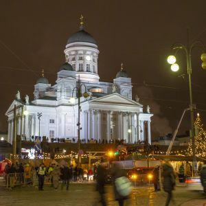Helsingin tuomiokirkko ja Tuomaan markkinat Senaatintorilla.