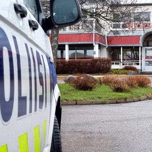 Poliisi valvoo karanteenia Imatran vastaanottokeskuksen pihassa