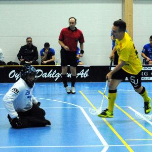 Knights Daniel Forsell nära mål med bollen. Blues målvakt Vesa Tallqvist täcker.