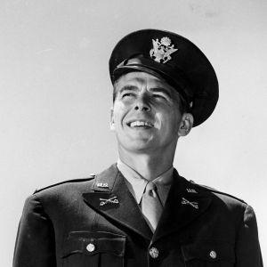 Ronald Reagan poseeraa USA:n armeijan univormussa ja katsoo kaukaisuuteen. Kuva vuodelta 1942