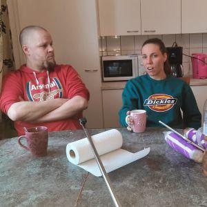 isä äiti ja lapsi pöydän ääressä
