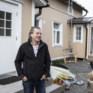 Keijo Särkijärvi Villa Anitan edessä.