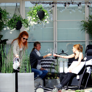 Keudan floristiopiskelijat stailaamallaan parvekkeella.