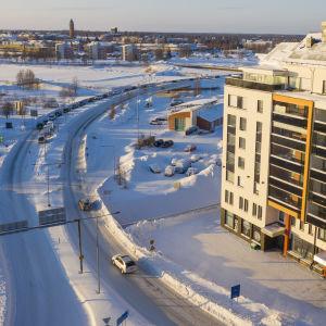 Ilmakuva Torniosta Suomen ja Ruotsin rajalla liikenneruuhka. Ihmiset jonottavat takaisin suomeen pääsyä.