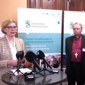 Inrikesminister Risikko och ärkebiskop Mäkinen diskuterade kyrkoasyl.