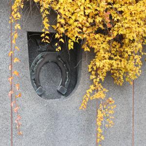 Esbo fullmäktigegård - detalj utanför porten på stadens vapen i brons