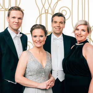 Kuvassa Svenska Ylen Linnanjuhlien juontajat: Jonas Blomqvist, Matilda Gyllenberg, Daniel Olin, Ann-Christine Karhu ja Nicke Aldén.