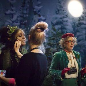 Smink och regi pågår i tv-studion vid inspelningarna av Jul i Hittehatt