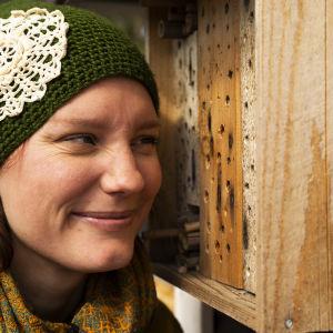 Nora Gullmets vid ett insekthotell.