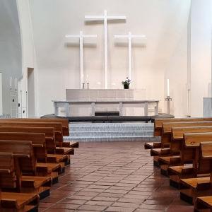 Kolmen ristin kirkon sisätila Vuoksenniskalla