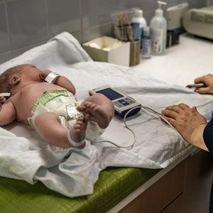 Oulun yliopistonsairaalassa vauvaa tutkitaan