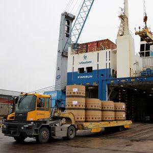 Paperirullia lastataan rahtilaivaan Hietasen satamassa