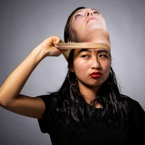 Iina Tossavainen ottaa kasvoiltaan valkoihoisen naisen naamiota