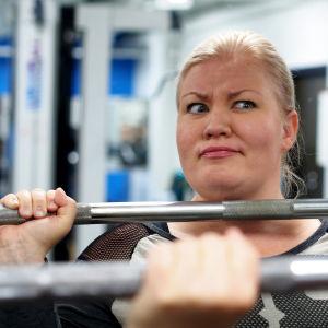 Jenny Lehtinen nostaa painoa ja irvistää