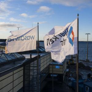Flaggor i Vasa hamn. Det står Wasaline på den ena och Kvarken ports på den andra.