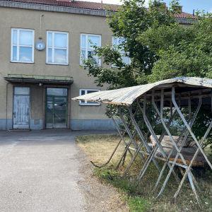 Ankkuri-talon pihassa rähjäinen pyöräteline