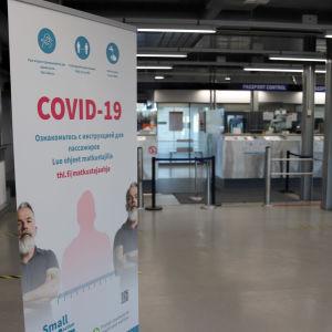 Vaalimaan passintarkastusaulassa kyltti korona-ohjeista