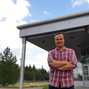 Pekka Koivisto seisoo Kaskein marjan toimitilojen edessä ulkona.