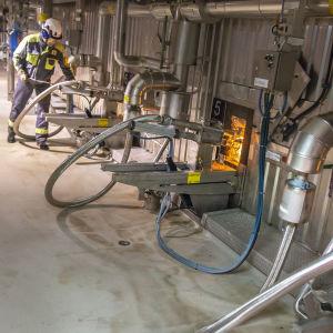 Kemikaalien talteenottolaitoksen lipeän polttoa.