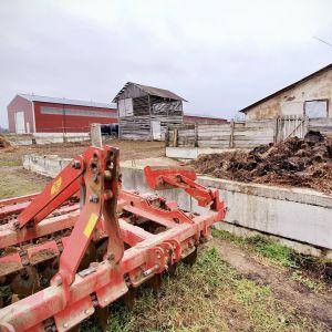En litauisk gård mitt i den snöfria vintern 2020.