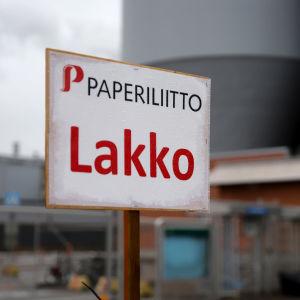 Paperiliiton lakosta kertova kyltti tehtaan portilla.