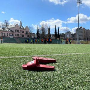 Lahden Kisapuiston stadionin tekonurmi huhtikuussa 2021